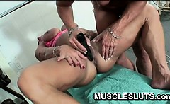 Muscle slut has orgasm in the gym
