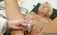 Horny mature gets an orgasm from