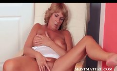 Mature hottie pleases her sexy quim