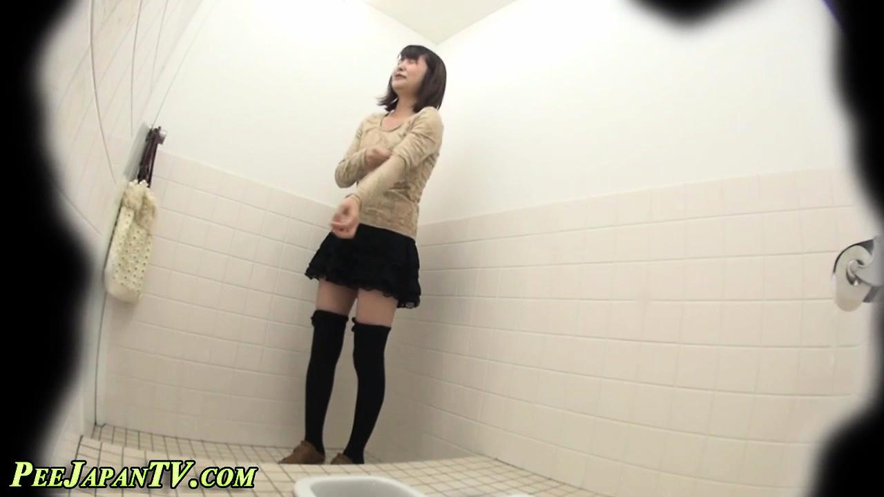 yaponki-v-tualete-piss-video-naduvnoy-strapon-video