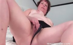 Mature chick masturbates her cunt in bed