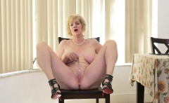 American gilf Sindee Dix will show you what she likes most