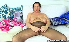 English milf Eva Jayne dildos her nyloned fanny